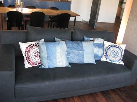 デニム生地のような張地のソファに・・